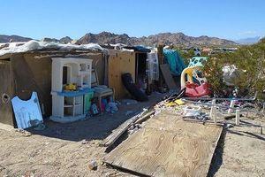 Cặp vợ chồng bị bắt vì để 3 con sống trong 'hộp' giữa bãi rác