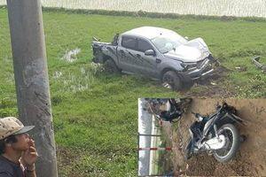 Ô tô va chạm với xe máy, đâm gãy cọc bê tông rồi lao xuống ruộng