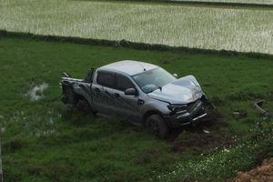 Xe bán tải va chạm với xe máy, đâm gãy cọc bê tông rồi lao thẳng xuống ruộng