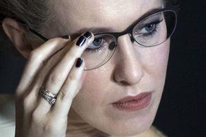 Nữ ứng viên Tổng thống Nga Sobchak hắt nước vào mặt đối thủ