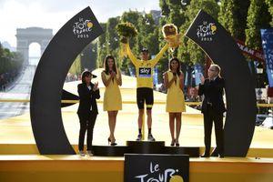 Tour de France 2018 sẽ vắng các bóng hồng và… hôn hít trên bục chiến thắng