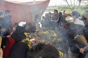 2 con rắn xuất hiện trên mộ vô danh: Chính quyền lúng túng