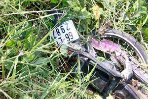 Ô tô càn nát xe môtô đang đậu, 1 người nguy kịch