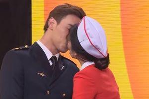 Nam Em hôn Thuận Nguyễn ngay trên sóng 7 Nụ Cười Xuân