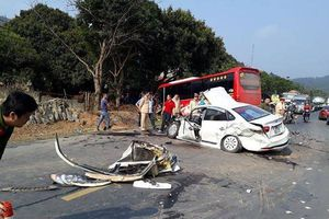 Hòa Bình: Xe khách va chạm ô tô con, 2 bố con bị thương