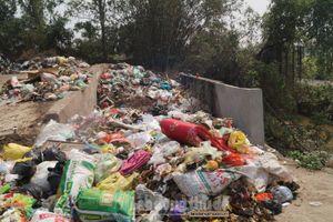 Bãi rác 'khổng lồ' bốc mùi cả ki lô mét trên đường liên thôn