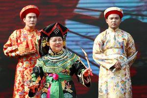 Trình diễn thực hành nghi thức hầu đồng trước hàng nghìn du khách