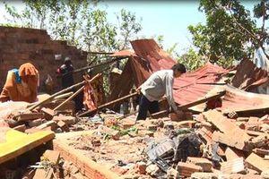 Lốc xoáy làm 150 nhà dân bị sập, tốc mái