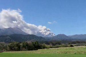 Núi lửa Shinmoe phun trào dữ dội, cột tro bụi cao 2.300 mét