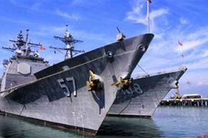 Tàu tuần dương USS Lake Champlain trên cảng Tiên Sa