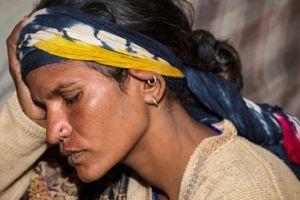 Bàng hoàng xác chết lõa thể của bé gái với thanh gỗ dài trong hậu môn