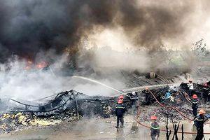 Cháy cơ sở sản xuất nệm mút ở huyện Bình Chánh, nhiều người mắc kẹt kêu cứu