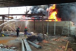 Huy động 23 xe chữa cháy dập lửa tại 2 cơ sở phế liệu