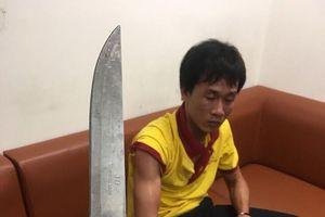 Tài xế taxi dùng dao uy hiếp nhân viên an ninh sân bay