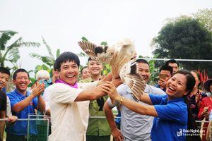 Cười nghiêng ngả với trò bịt mắt bắt vịt tại Lễ hội đình Bích Thị ở Nghệ An