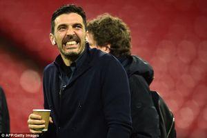 Thủ môn Buffon nhăn mặt vì thời tiết lạnh giá ở nước Anh khi vừa đặt chân đến sân Wembley