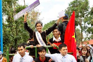 Hoa hậu H'Hen Niê truyền cảm hứng cho tuổi trẻ buôn làng