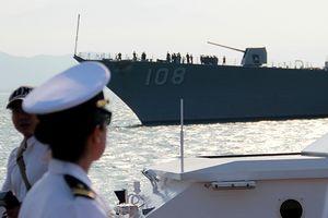 Bóng hồng quân nhân trên tàu sân bay USS Carl Vinson ở Đà Nẵng