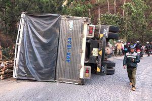 Xe tải bị lật, tài xế mắc kẹt trong cabin chờ giải cứu