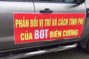 Nhiều tài xế lại dán băng rôn phản đối trạm BOT Biên Cương