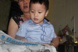 Cậu bé 3 tuổi thích hát karaoke, đọc báo khiến nhiều người ngỡ ngàng