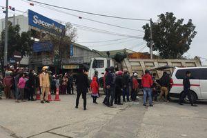Dùng xe máy chở gạo đi bán, người phụ nữ bị xe tải cuốn vào gầm chết thương tâm