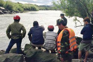 Hàng trăm người tìm kiếm 3 học sinh mất tích khi đi tắm sông