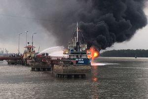 Tàu chở dầu 2.000 tấn bốc cháy dữ dội ở cảng Đình Vũ