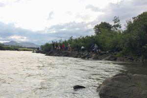 Tìm kiếm 3 học sinh mất tích nghi đuối nước trên sông Ba