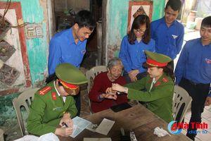 Tuổi trẻ Hà Tĩnh về làng giúp dân làm CMND, hiến máu tình nguyện