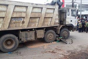 Một phụ nữ chết thảm sau khi va chạm xe tải