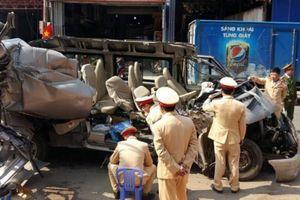 Xe du lịch va chạm ô tô tải, 2 người chết, 12 người bị thương