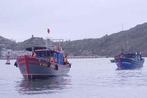 Tàu biên phòng cứu hộ 4 ngư dân gặp nạn trên biển