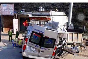 Xe du lịch va chạm xe tải đỗ bên đường, 2 người chết, 2 người bị thương