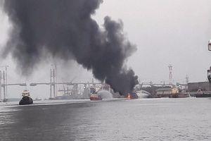 Tàu chở xăng dầu bốc cháy dữ dội tại cảng Đình Vũ