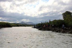 Ba học sinh mất tích khi đi tắm sông, hàng trăm người tham gia tìm kiếm
