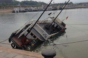 Tàu khách bất ngờ bị chìm khi đang neo nghỉ đêm tại bến tàu