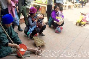 'Cái bang' đổ bộ đền Mẫu Đồng Đăng moi tiền du khách