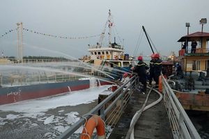 Hải Phòng thưởng nóng cho các đơn vị tham gia chữa cháy tàu chở xăng tại cảng Đình Vũ