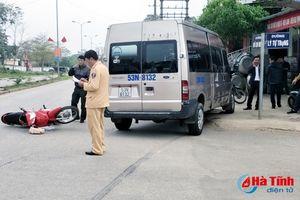 Va chạm với xe ô tô, 2 mẹ con bị thương nặng