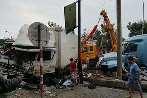 Xe container nổ lốp 'cày' dải phân cách, đâm xe tải chở hàng đông lạnh