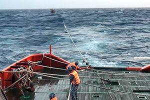 Cảnh sát biển Vùng 3 cứu nạn tàu cá cùng 9 ngư dân