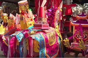 Vàng mã, ngựa, xe... cháy đỏ lò: Dân tiếu tốn đống tiền đi lễ
