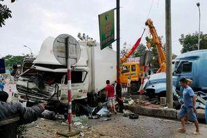 Ô tô tải và xe container toác đầu sau cú đâm như phim