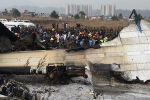 Hãi hùng máy bay cháy đen sau vụ tai nạn đoạt mạng 49 người ở Nepal