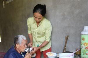 Người phụ nữ nghèo 5 năm chăm sóc cụ ông lỡ độ đường như chăm cha đẻ