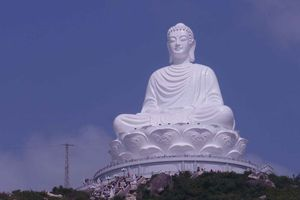 Hàng ngàn người chiêm ngưỡng tượng Phật khổng lồ
