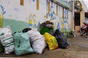 Hà Nội: Cả tuần không thu gom, rác thải sinh hoạt 'vây' trường học, khu dân cư