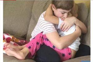 Bức ảnh đau lòng do người mẹ chụp: Hai con bị ung thư ôm nhau