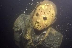 Bức tượng dưới hồ khiến thợ lặn sợ mất vía